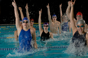 Swimmers celebrating success in poolの写真素材 [FYI01984964]