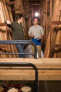 Men talking in lumber section of storeの写真素材 [FYI01984975]
