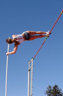 Female athlete pole vaultingの写真素材 [FYI01985024]