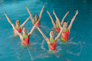 Synchronized swim team performingの写真素材 [FYI01985027]