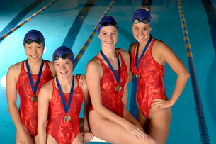 Female swimming team with medalsの写真素材 [FYI01985029]