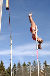Female athlete pole vaultingの写真素材 [FYI01985030]