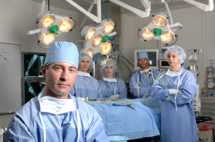 Surgeons in operating roomの写真素材 [FYI01985032]