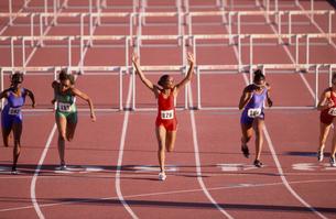 Multi-ethnic female athletes racingの写真素材 [FYI01985035]
