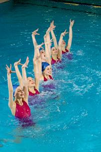 Synchronized swim team performingの写真素材 [FYI01985053]
