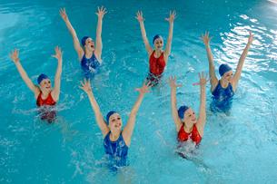 Synchronized swim team performingの写真素材 [FYI01985054]