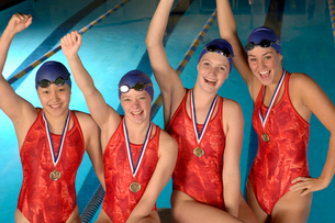 swimming team with medals cheeringの写真素材 [FYI01985056]