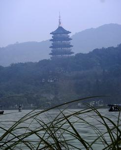 Ornate pagoda and lake, Hang Zhou, Chinaの写真素材 [FYI01985062]