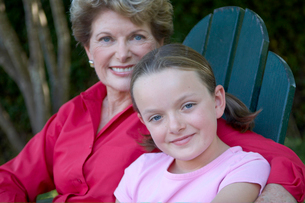 Grandmother and granddaughter smilingの写真素材 [FYI01985063]