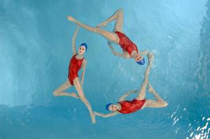 Synchronized swim team performingの写真素材 [FYI01985083]