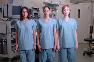 Multi-ethnic females in surgical scrubsの写真素材 [FYI01985103]