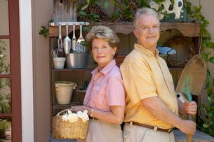 Couple posing with gardening toolsの写真素材 [FYI01985117]