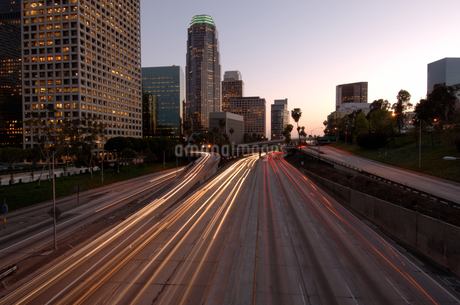 City skyline and freeway, Los Angelesの写真素材 [FYI01985139]