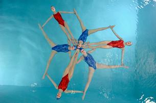 Synchronized swim team performingの写真素材 [FYI01985154]