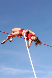 Female athlete pole vaultingの写真素材 [FYI01985162]