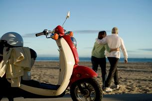 Senior couple walking away from mopedの写真素材 [FYI01985169]