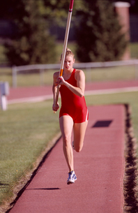 athlete running with vaulting poleの写真素材 [FYI01985176]