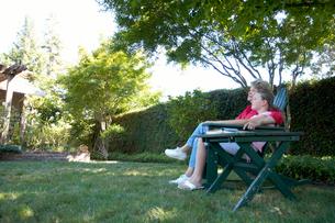 Grandmother and granddaughter relaxingの写真素材 [FYI01985178]