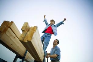 Young boy standing on lumberの写真素材 [FYI01985200]