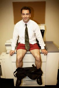 Businessman photocopying his buttocksの写真素材 [FYI01985231]