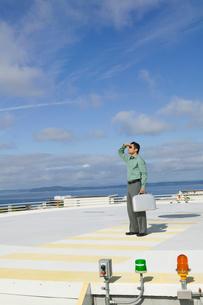 man standing helicopter landing padの写真素材 [FYI01985234]