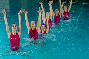 Synchronized swim team performingの写真素材 [FYI01985249]