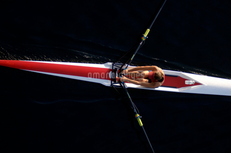 Woman rowing sculling boatの写真素材 [FYI01985293]