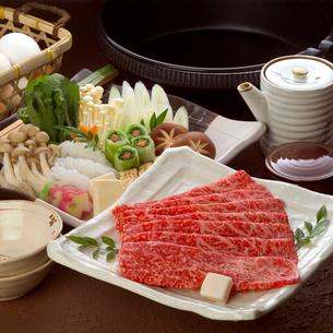 皿盛りのすき焼き肉と具材の写真素材 [FYI01985349]