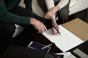 Senior couple calculating home financesの写真素材 [FYI01985371]