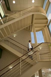 Businesswoman walking down staircaseの写真素材 [FYI01985396]