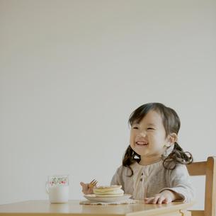 ホットケーキを食べる女の子の写真素材 [FYI01985398]