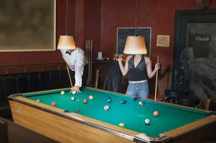 Couple playing poolの写真素材 [FYI01985438]