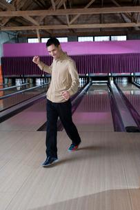 man celebrating after bowling a strikeの写真素材 [FYI01985478]