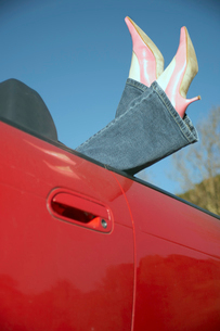 Womans feet sticking out of convertibleの写真素材 [FYI01985481]