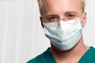 Male nurse wearing maskの写真素材 [FYI01985498]