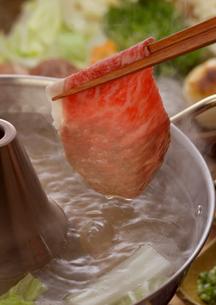 鍋から上げた牛しゃぶ肉の写真素材 [FYI01985523]