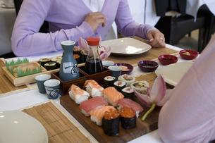 Sushi on table between two peopleの写真素材 [FYI01985544]