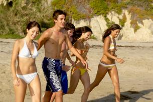 Teenagers walking on beachの写真素材 [FYI01985559]