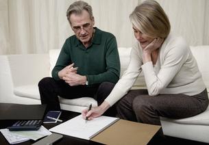 Senior couple calculating home financesの写真素材 [FYI01985630]