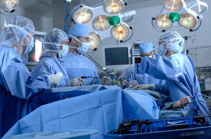 Surgeons operating on patientの写真素材 [FYI01985633]