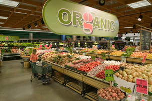 Organic aisle in grocery storeの写真素材 [FYI01985640]