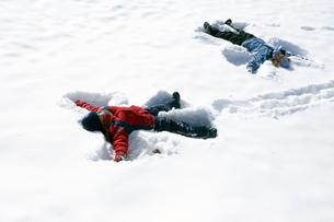 Children making snow angelsの写真素材 [FYI01985661]