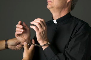 Priest being handcuffedの写真素材 [FYI01985671]