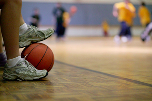 Basketball player holding ball with feetの写真素材 [FYI01985672]