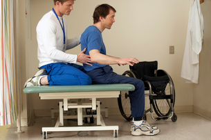 therapist helping wheelchair-bound manの写真素材 [FYI01985679]
