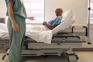 Nurse talking to patient on stretcherの写真素材 [FYI01985764]