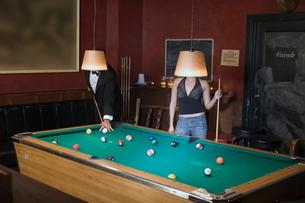 Couple playing poolの写真素材 [FYI01985776]