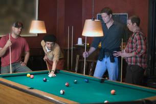 Men playing poolの写真素材 [FYI01985779]
