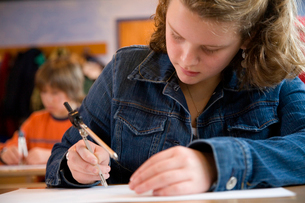 Teenager using a protractorの写真素材 [FYI01985784]