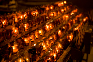 Candles in a row in churchの写真素材 [FYI01985787]